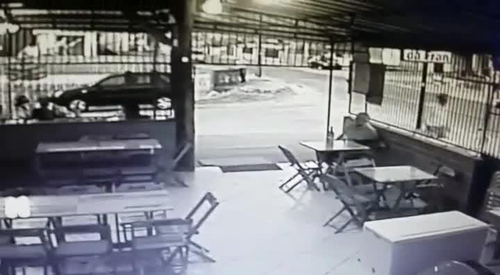 Carro invade lanchonete em Joinville