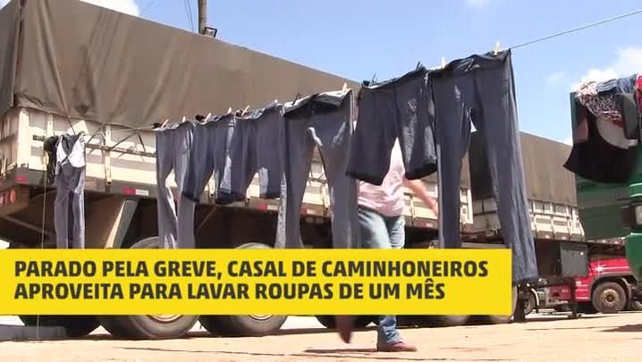 Parado pela greve, casal de caminhoneiros aproveita para lavar roupas de um mês