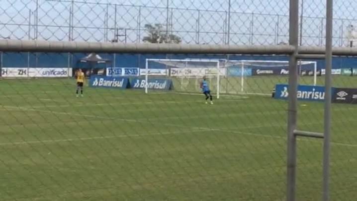 Depois de gol contra, Kadu treina bola aérea com Geromel