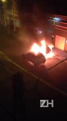 Carro e moto pegam fogo em acidente na Cidade Baixa