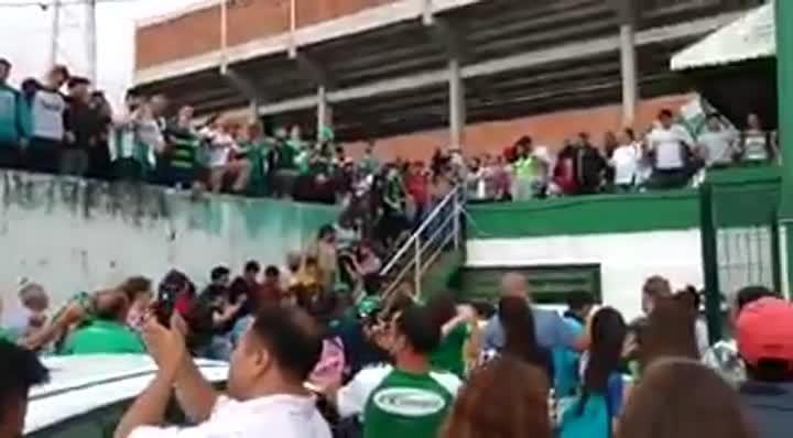 Torcedores da Chapecoense oram pelos jogadores ao redor do estádio