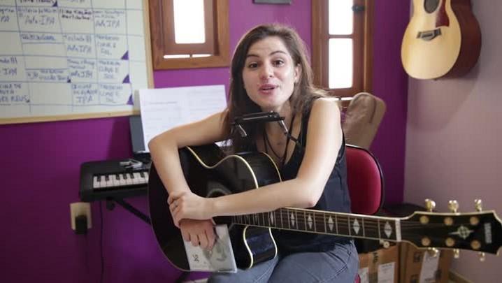 Conheça a cantora Adrielle Gauer, que ministra oficinas de flauta doce e jovens de periferia