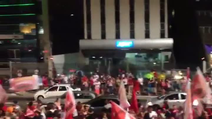 Militantes do PT comemoram vitória de Fernando Haddad (PT) na Avenida Paulista