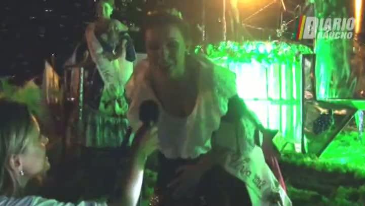 Embaixatriz representa Festa da Uva no Carnaval 2012 de Porto Alegre