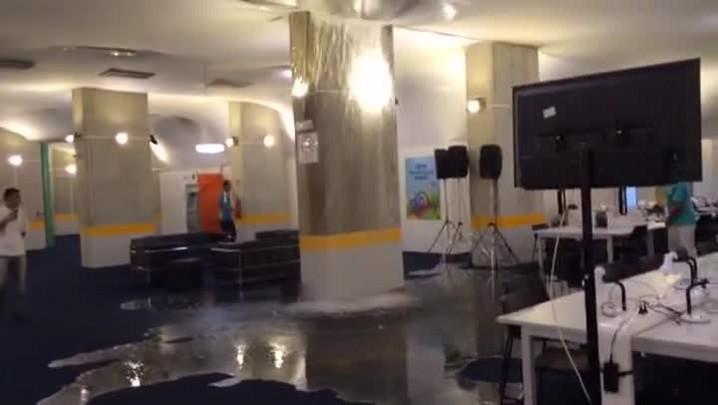 Cano estoura e alaga Centro de Imprensa da Arena das Dunas - 22/06/2014