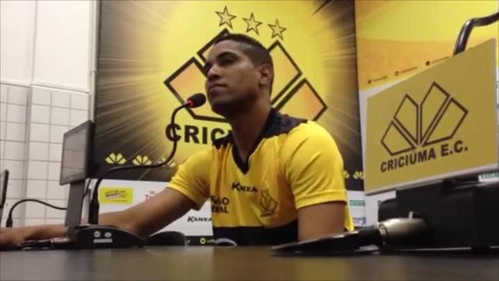 Cléber Santana se apresenta no Criciúma