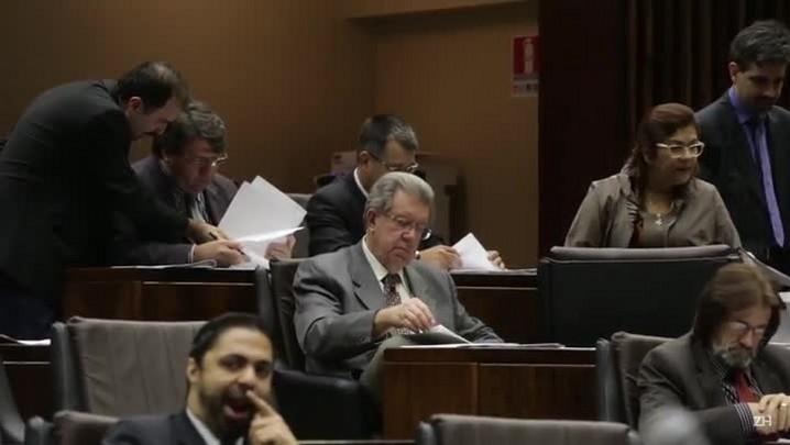Extinção de secretarias: manifestantes vaiam deputados após aprovação de projeto