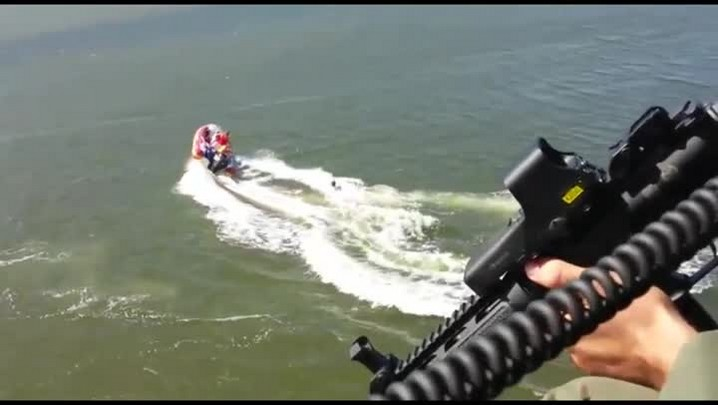 Homem pula na Lagoa da Conceição para fugir da polícia