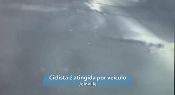 Imagens registram momento em que ciclista é atingida por carro em Joinville
