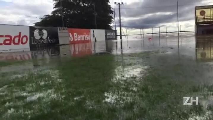 Cheia do Guaíba avança sobre gramados do CT do Inter