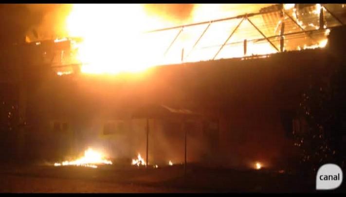 Fogo consome casa de festas infantis no bairro Santa Catarina, em Caxias