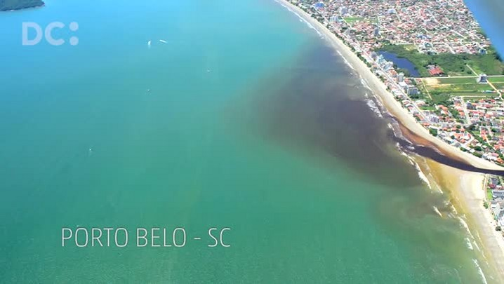 Imagens aéreas mostram mancha escura no mar de Porto Belo