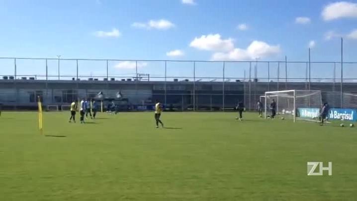 Roger trabalha posicionamento em treino do Grêmio
