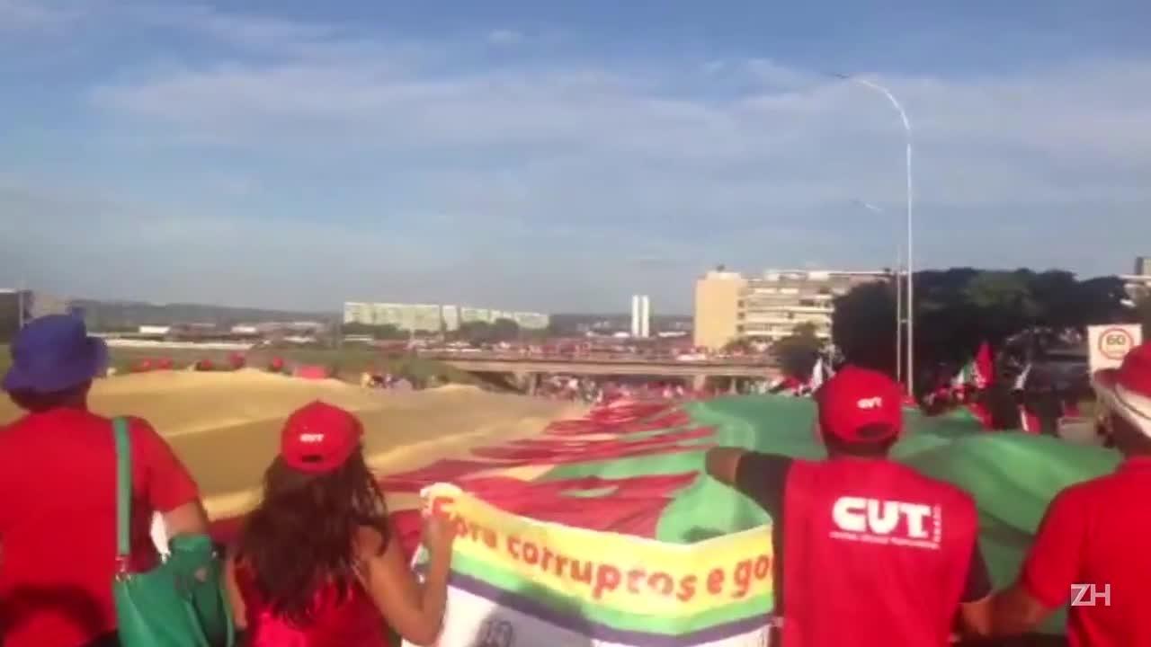Ato pró-Dilma reúne milhares em Brasília