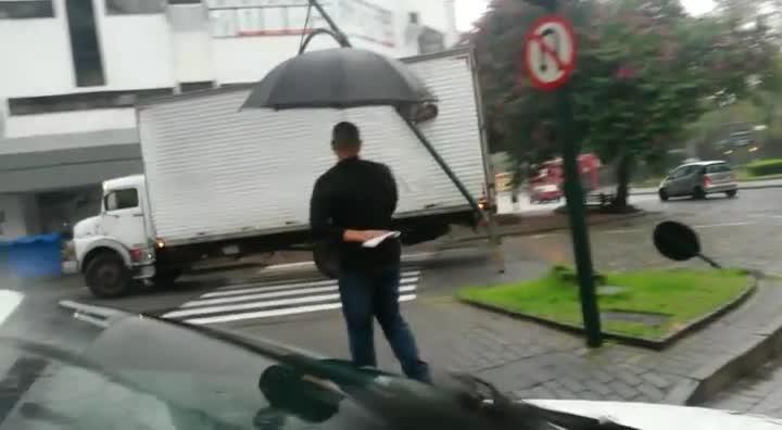 Caminhão arranca semáforo no Centro de Blumenau
