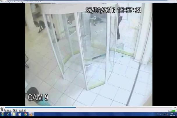 Vídeo mostra vigia de agência de Pirabeiraba efetuando disparo contra homem.