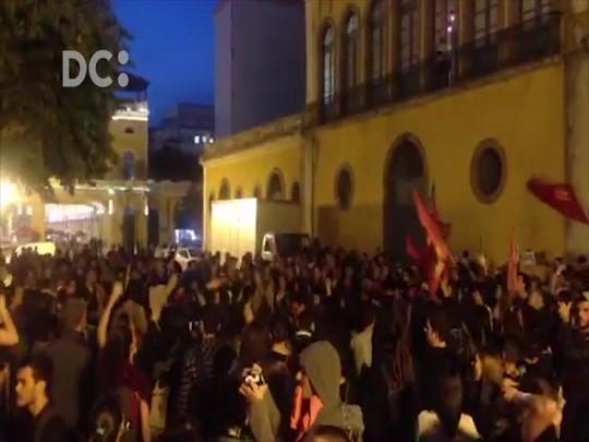 Manifestantes contra Michel Temer começam concentração no Largo da Alfândega