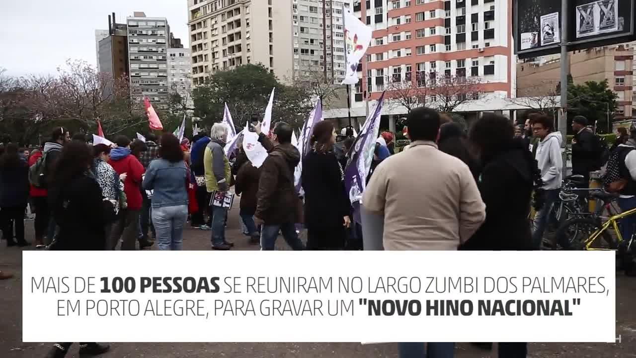 """Manifestantes cantam \""""novo Hino Nacional\"""" em Porto Alegre"""