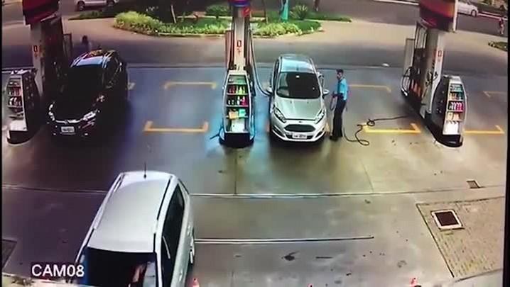 Carro invade loja de conveniência na Nilo Peçanha