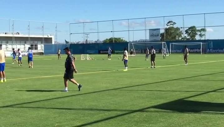 Renato comanda treino com bola no CT