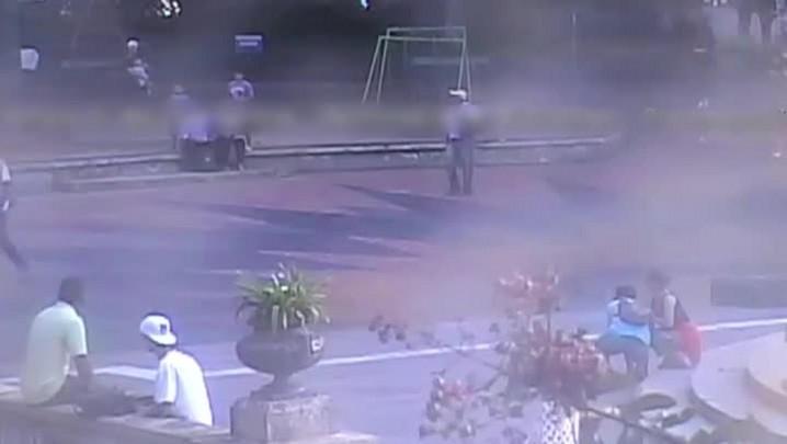 Câmera de segurança registra suspeito de execução na Praça da Matriz, em Porto Alegre