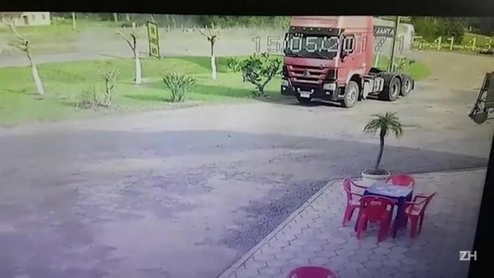 Vídeo mostra acidente que deixou dois mortos na BR-116, em Barra do Ribeiro