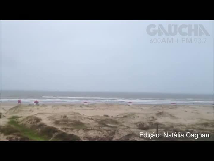 Tempo instável em Torres afasta banhistas da praia. 27/12/2012
