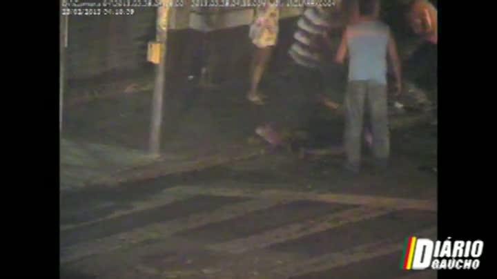 VÍDEO: Câmera de segurança flagra agressão a morador de rua no centro de Porto Alegre