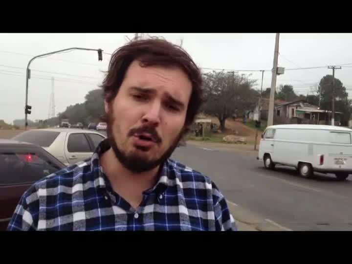Motoristas e moradores da Região Metropolitana enfrentam problemas diários com a péssima condição da RS118. 14/06/2013