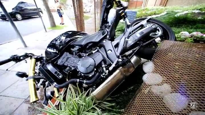 Motociclista perde o controle da moto e bate contra carro em Porto Alegre