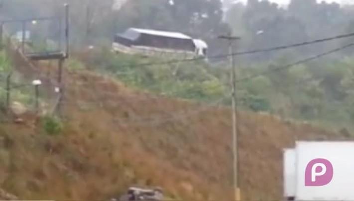 Caminhão sai da pista e tomba na RSC-470, em Bento Gonçalves