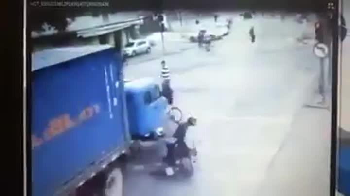 Caminhão fura sinal vermelho a quase mata pedestres em Itajaí