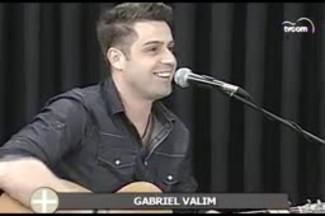 TVCOM Tudo+ - Cantor Gabriel Valim canta nova música na TVCOM - 22.05.15