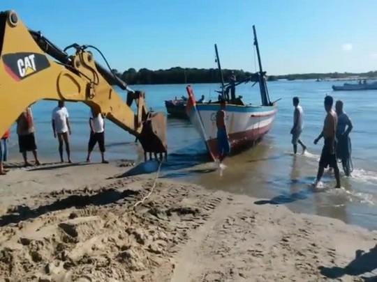 Resgate das embarcações em Balneário Barra do Sul