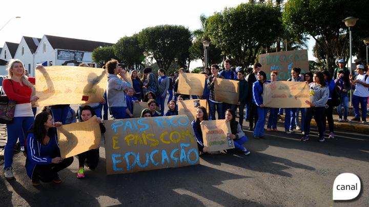 Estudantes de Forqueta protestam contra o parcelamento dos salários e pedem educação de qualidade e valorizada