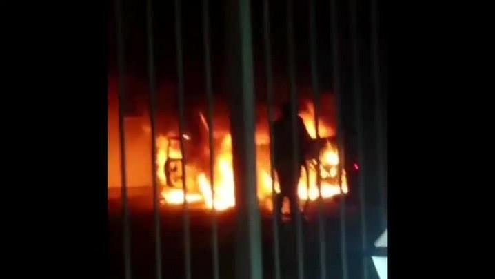 Ouvinte registra imagens de carro incendiado em Guaíba