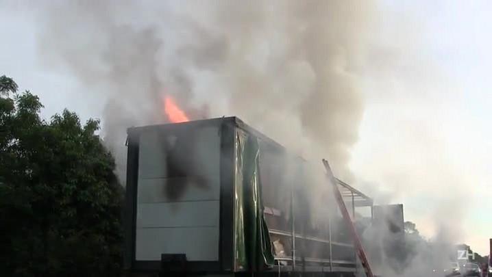 Caminhão pega fogo na BR-290 em Cachoeirinha