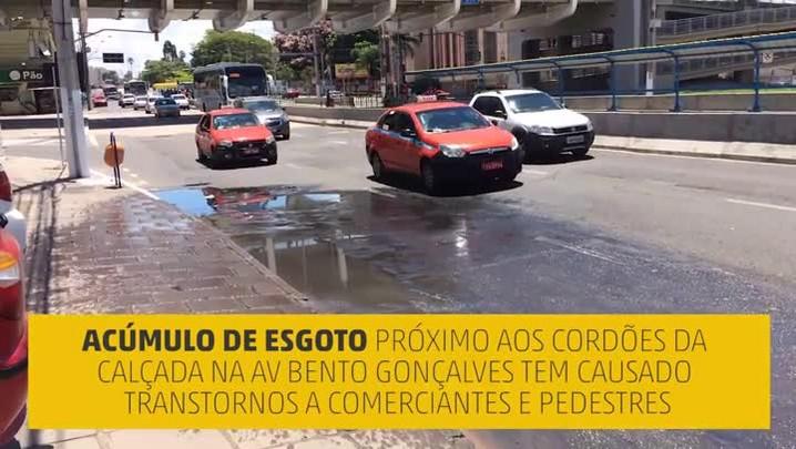 Poças de esgoto cloacal afetam comerciantes e pedestres na Bento Gonçalves