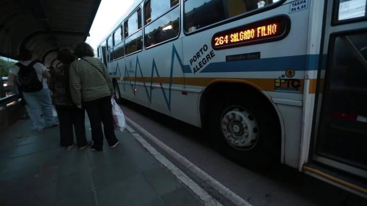 Usuários de ônibus relatam medo de assalto em Porto Alegre