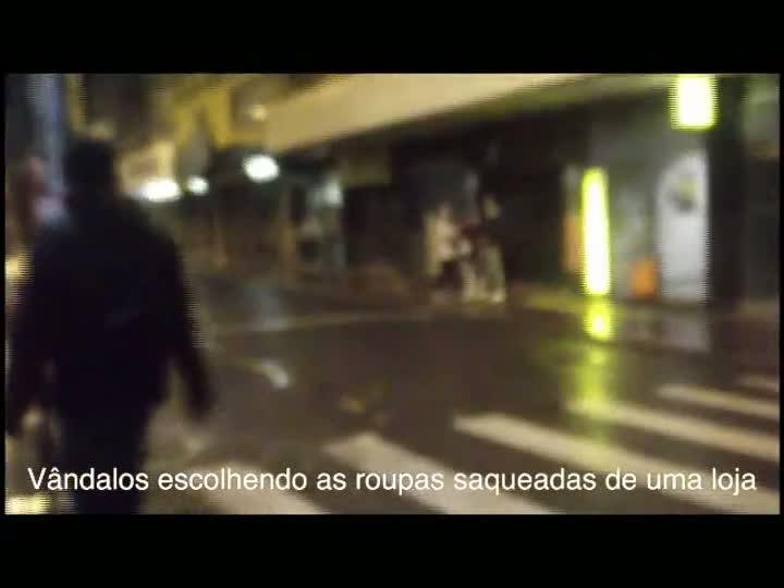Vândalos saqueiam lojas no Centro de Porto Alegre durante o protesto. 25/06/2013