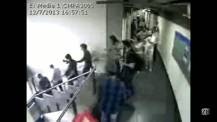 Vídeo mostra momento em que fotógrafo da Câmara é empurrado por manifestante