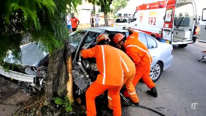Motorista fica preso às ferragens do carro após colidir em árvore na Azenha