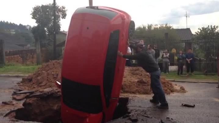 Carro cai em cratera de obra em Alvorada