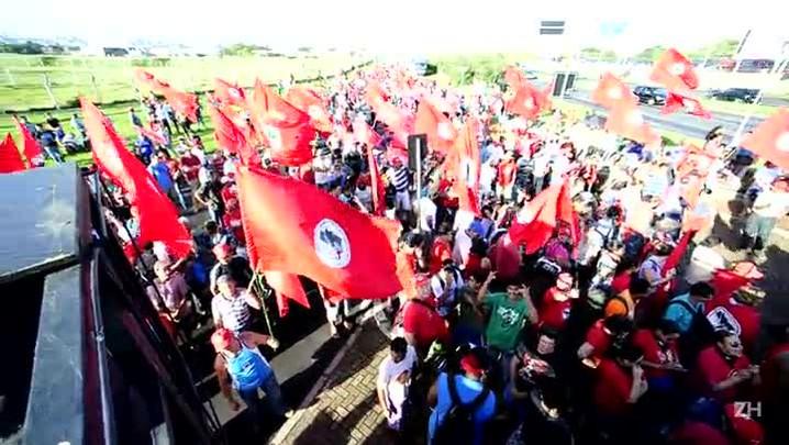 MST protesta na região do aeroporto Salgado Filho