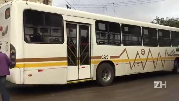 Ônibus deixam a garagem da Carris em Porto Alegre