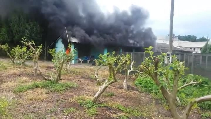 Incêndio destrói pequena construção de alvenaria no Colégio Politécnico da UFSM