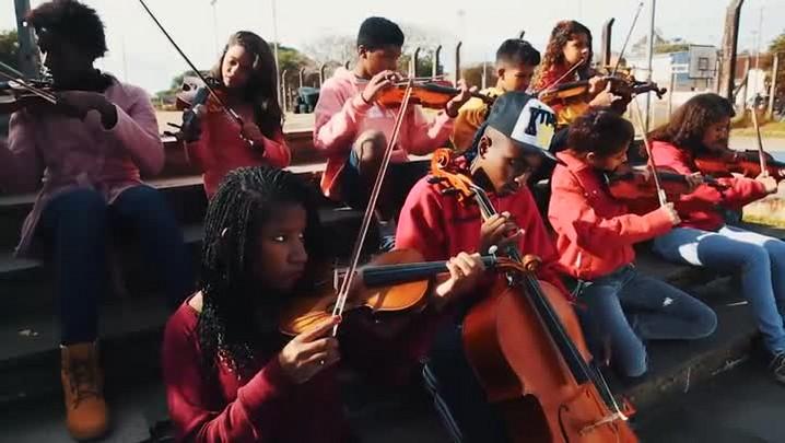 MCs gravam clipe com alunos de oficina de música de Ong da Restinga
