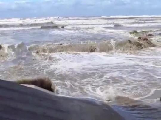 Maré alta em Balneário Rincão na manhã desta sexta-feira (28/10/2016)