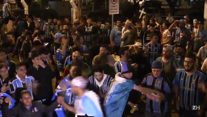 Com festa, Grêmio é recepcionado pela torcida em Porto Alegre