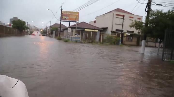 Chuva causa alagamentos e interdita ruas em Porto Alegre